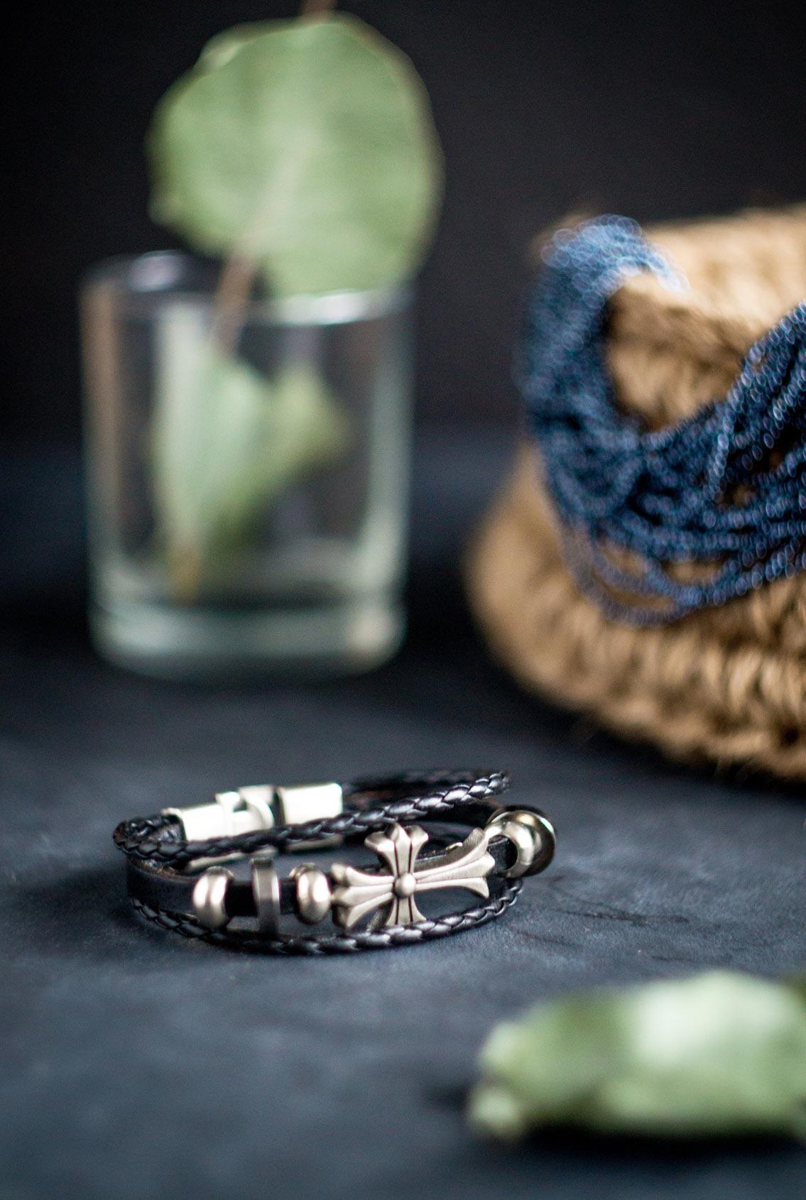 браслет из черной кожи с крестом