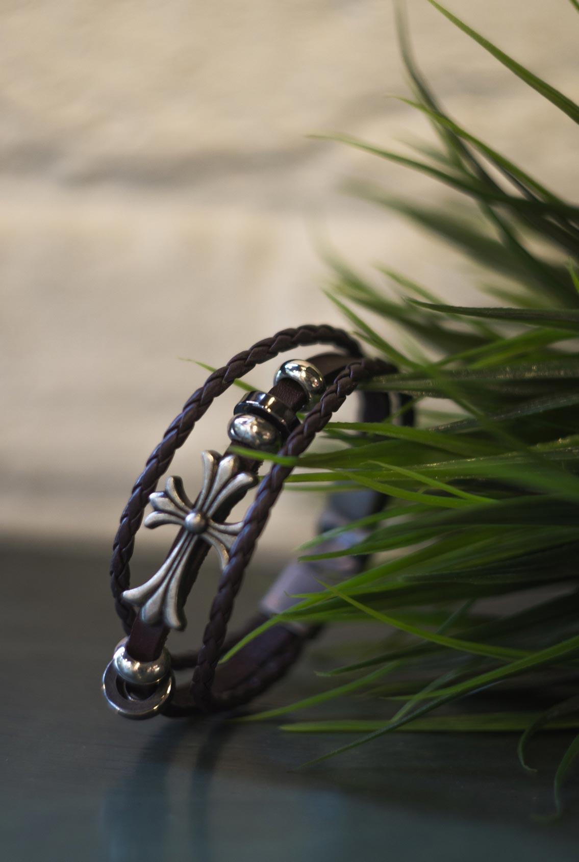 браслет из коричневой кожи с крестом