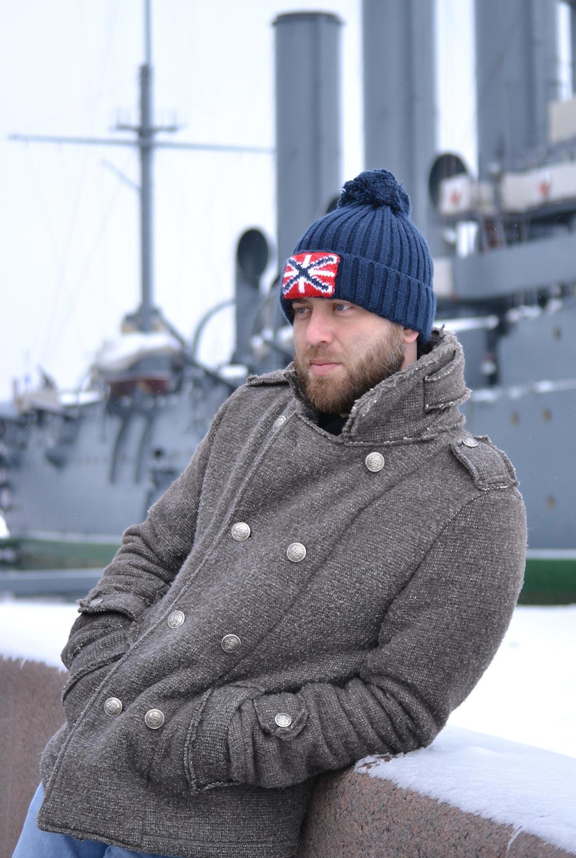 шапка с военной символикой