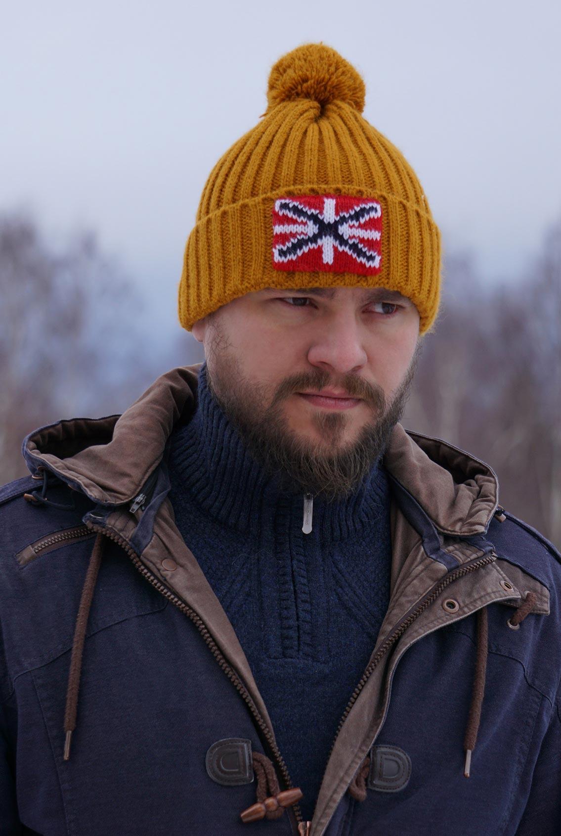 шапка с российской символикой
