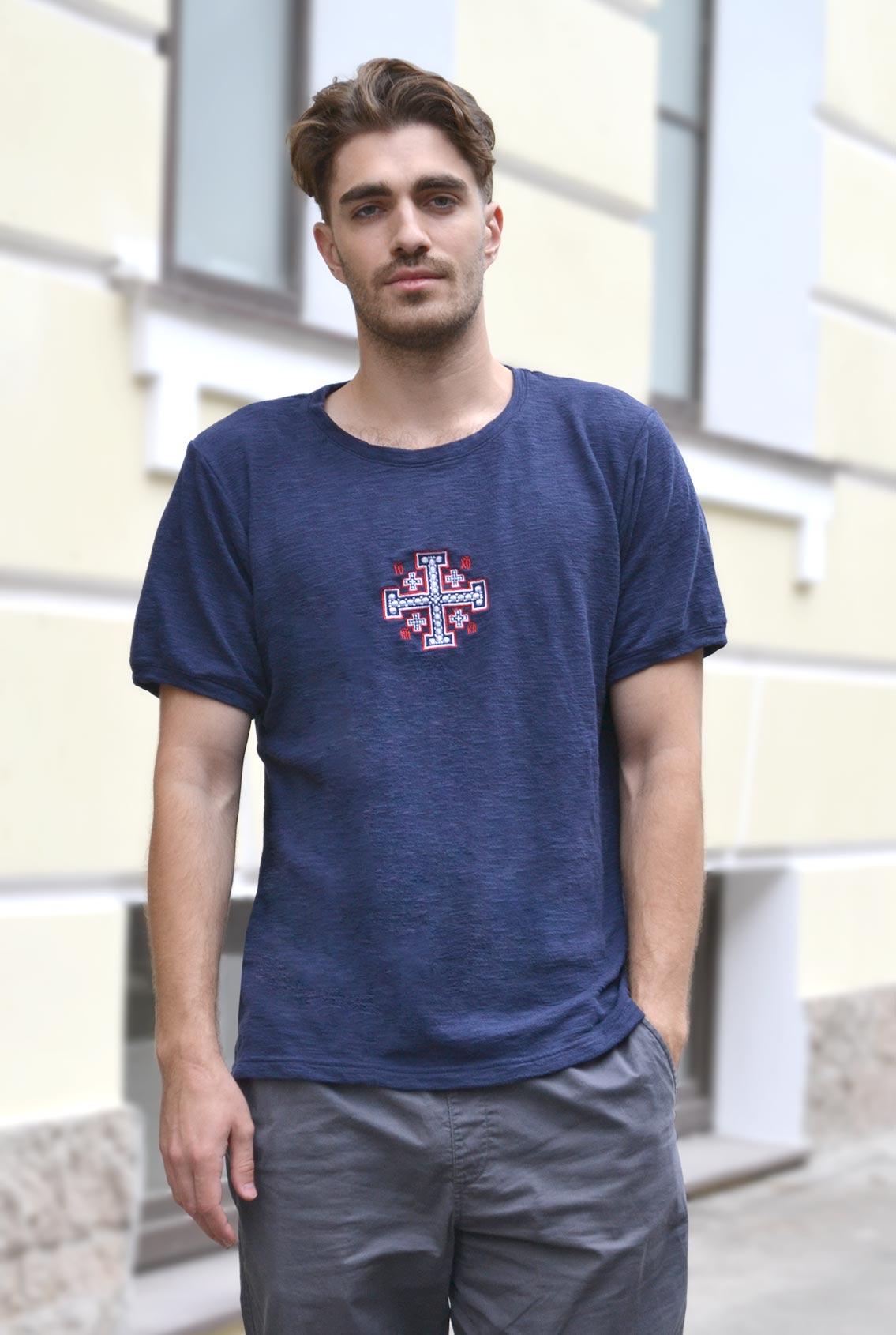 темно-синяя футболка с крестом